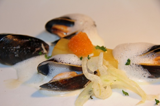 Øldampede blåskjell med chili, hvitløk, potet, fennikel og blåskjellskum.Foto: Ølportalen.no
